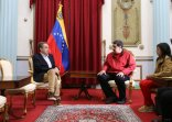 """CAR803. CARACAS (VENEZUELA), 20/02/2017 - Fotografía cedida por el palacio de Miraflores donde se observa al presidente de Venezuela, Nicolás Maduro (c), hablando con el exjefe del Gobierno español José Luis Rodríguez Zapatero (i) hoy, lunes 20 de febrero de 2017 en la ciudad de Caracas (Venezuela). Rodríguez Zapatero se reunió hoy con el presidente de Venezuela, Nicolás Maduro, para reactivar el proceso de diálogo que el Gobierno y la oposición mantienen en """"fase de revisión"""" desde diciembre pasado. EFE/PALACIO DE MIRAFLORES / SOLO USO EDITORIAL/NO VENTAS"""